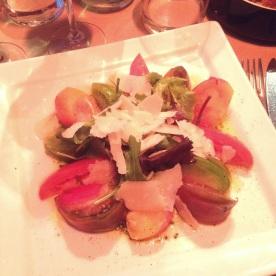 Assiette de tomates anciennes au pesto